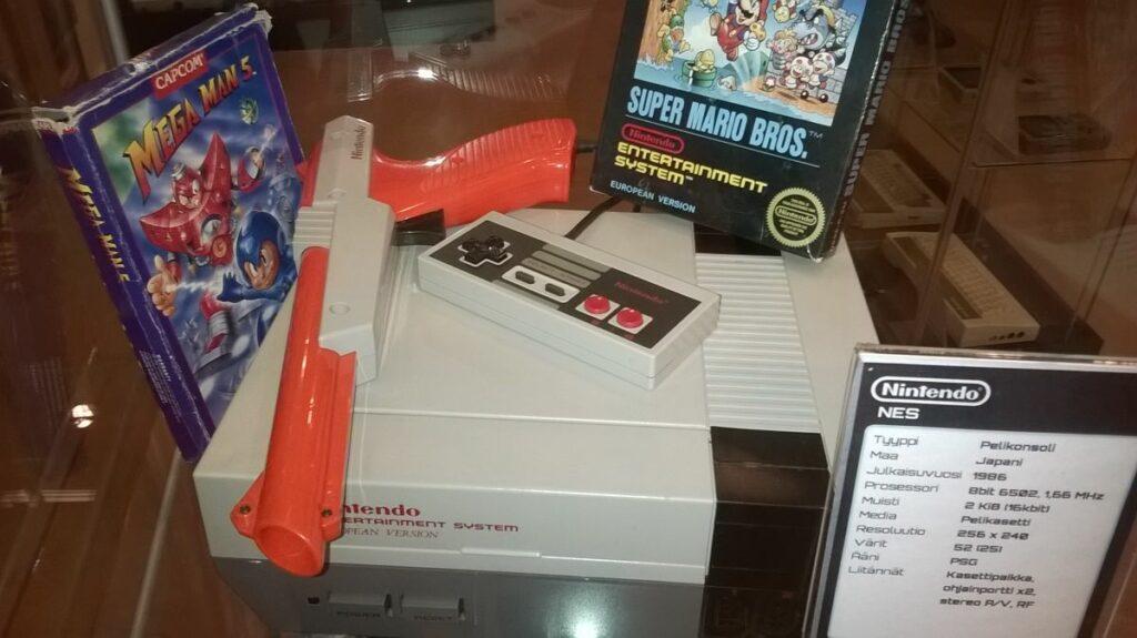 Kuva 1. Nintendo NES-konsoli Verkkokauppa.comin Tietokone- ja pelikonsolimuseossa. Kuva Jaakko Suominen 25.1.2015.