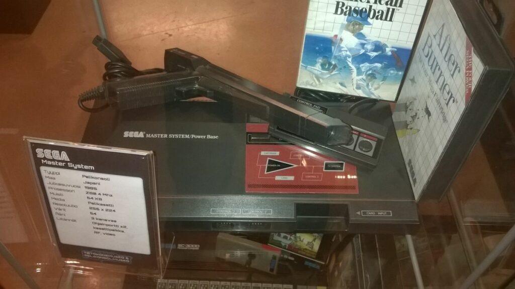 Kuva 2. Sega Master System -konsoli Verkkokauppa.comin Tietokone- ja pelikonsolimuseossa. Kuva Jaakko Suominen 25.1.2015.