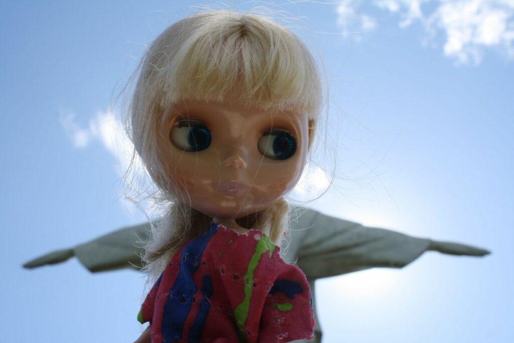 Kuva 1. Blythe-nukke Lola kirjoittajan kuvaamana Kristus-patsaalla Rio de Janeirossa.