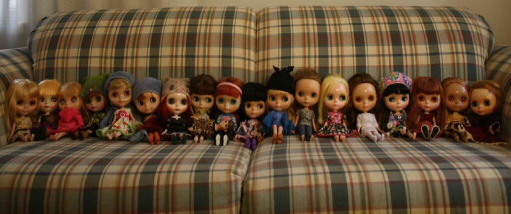 """Kuva 2. Blythe-miittiin tammikuussa 2014 osallistuneet nuket. """"Blythe-harrastajien tapaamisissa tulee myös otettua kuvia, ainakin ryhmäkuva paikalla olleista nukeista"""" (Haastatteluaineistot/Liiolii), kuva kirjoittajan."""