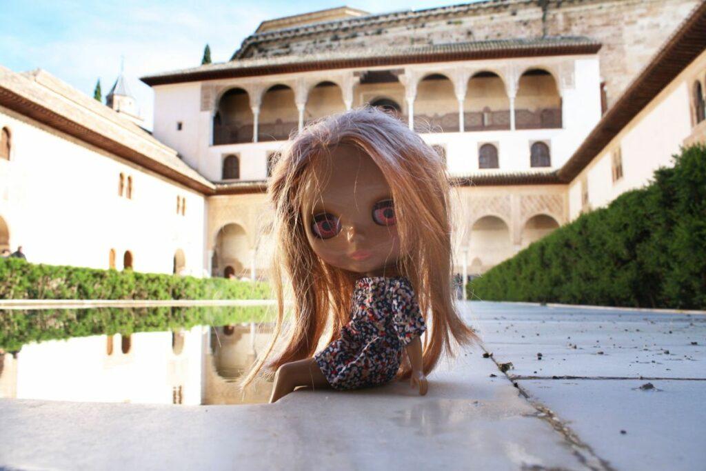 Kuva 4. Kirjoittajan Kiki-niminen Blythe-nukke levähtää Alhambran Nazariés-palatsin sisäpihalla Granadassa, kesäkuussa 2014.