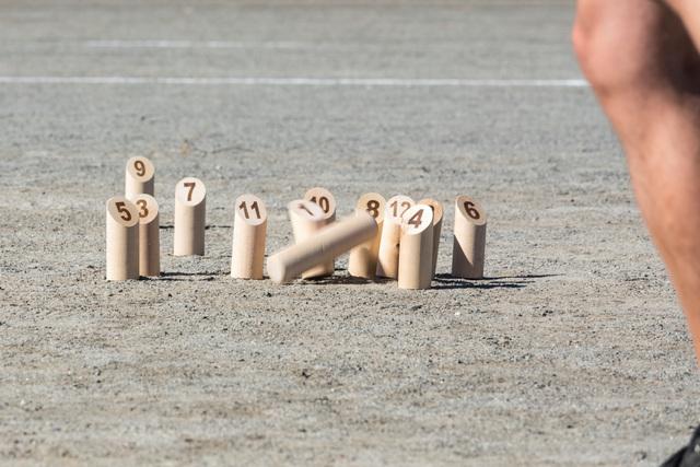 Kuva 2. Heittokapula osuu mölkkyihin. Kuva Tactic Games.