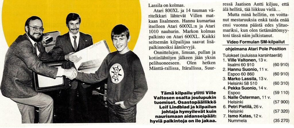 Kuva 4. Hannu Karpo kättelemässä Videoformulan SM-kilpailun voittajaa Ville Valtosta. Printti 1/1985.