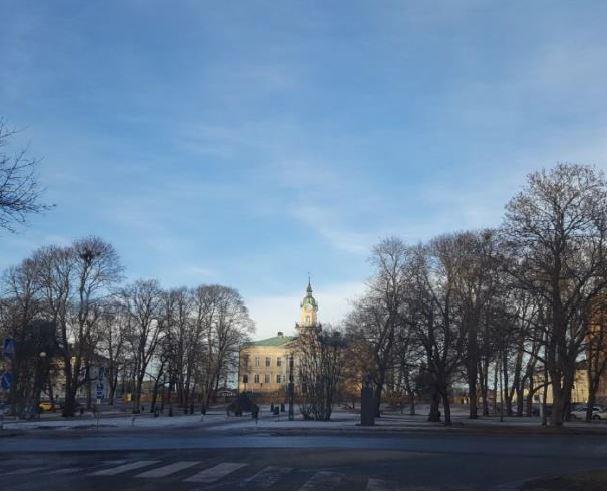 Kuva 1. Sigridin Salaisuudet -geokätköilyreitti alkaa Porin Raatihuoneenpuistosta.