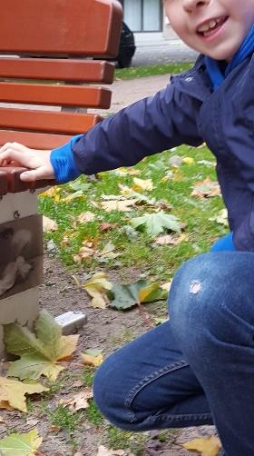 """Kuva 5. Sigrid-Secrets -teokset on """"kätketty"""" ja kiinnitetty puiston rakenteisiin, kuten tässä pysyvästi sijoitettuun penkkiin."""
