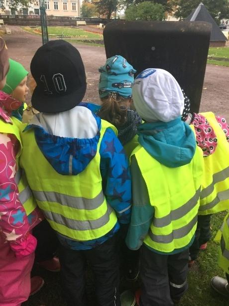 Kuva 6. Esikoululaisia Sigrid-Secrets-geokätköilyreitin teoksia etsimässä
